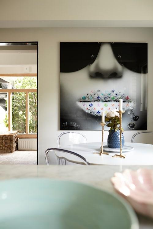 Över kökets matplats vakar en fototavla från Kabusa design factory.