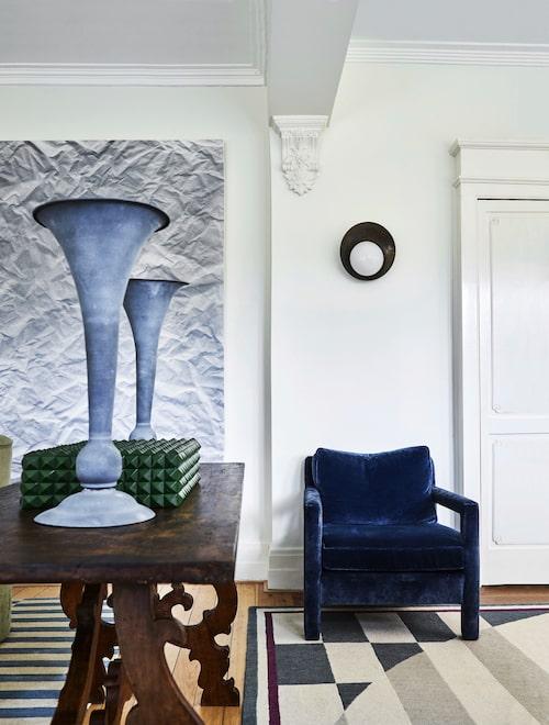 Det ornamenterade konsolbordet är spanskt 1700-tal i churriguerastil. Zinkpokaler från The vault, grön vintagebox från 1Stdibs. Fåtölj av Jason Mowen, mattan är vintage, från Pucci.