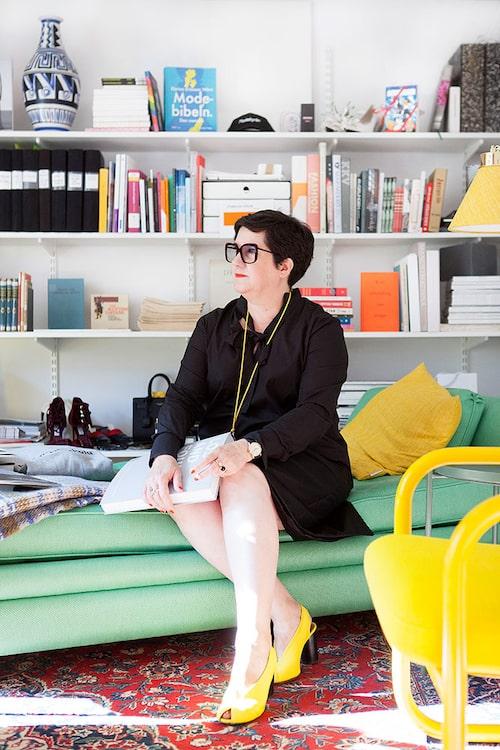Karina Ericsson Wärn, rektor på Beckmans Designhögskola, bjuder in oss till hennes garderob.
