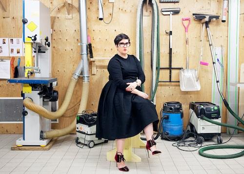"""""""Min garderob är liten, helt svart och allt går att kombinera."""" säger Karina Ericsson Wärn."""
