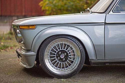 RETRORÄTT. För 50 år sedan hade ingen hört talas om 17-tumsfälgar. Ändå ser fälgarna inte ut som oljetunnor på den lilla BMW:n. Klassiska Alpina-centrum bidrar till det genuina retrointrycket.