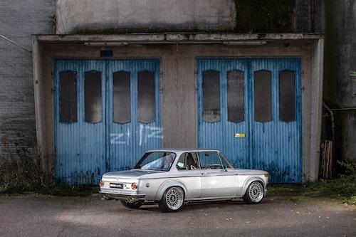 FÖRSTA BILEN. Magnus köpte den som sin första bil 1995. Då hade den varit ombyggd till Tii-utförande i 20 år, men också hunnit rosta en del. Han renoverade och körde den ett par år innan han sålde. När han köpte tillbaka bilen 2012 fick han börja om med renoveringen från början och 2019 såg den ut som idag, fast fortfarande i Tii-utförande.