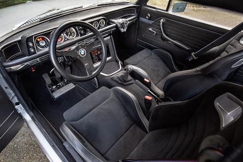 KLASSISK KÄNSLA. BMW Performance-stolar och växelspaksknopp till trots är kupé-atmosfären mer 70-tal än nytt millennium. Tacka den renoverade gammelratten och okapade originalpaneler för det.