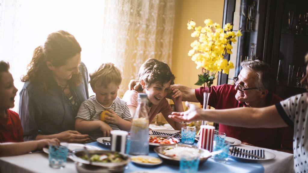 Var går gränsen för psykisk barnmisshandel? Kan ett inte så smart skämt på en födelsedagsbjudning skada ett barn? Barnpsykologen svarar.