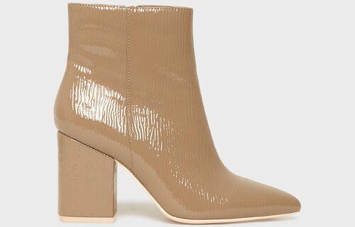 Beige ankelboots av lackad läderimitation från Nly Shoes.