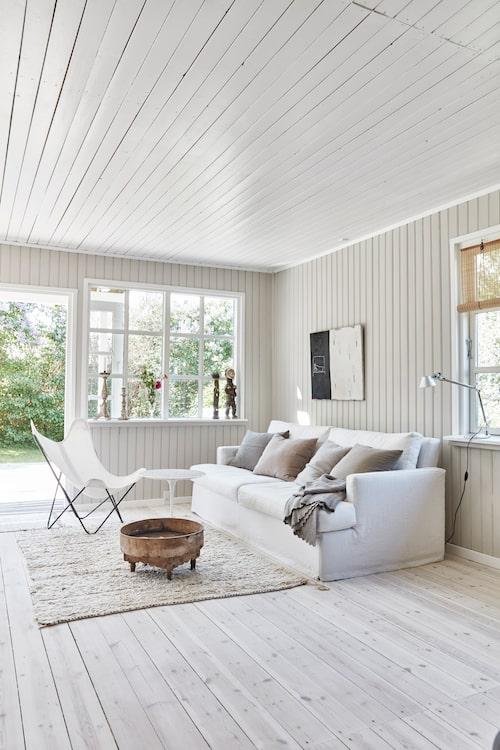 Den stora ljusa soffan i vardagsrummet är Othilias egen design. Den tillverkas i Italien och säljs i hennes butik Othilia living.