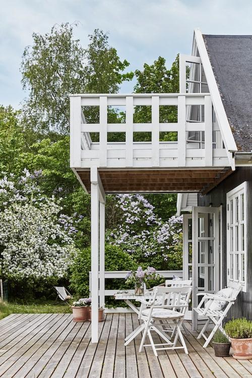 Trädäcket på kortsidan har utgång från vardagsrummet. Vill man sola med utsikt väljer man balkongen ovanför.
