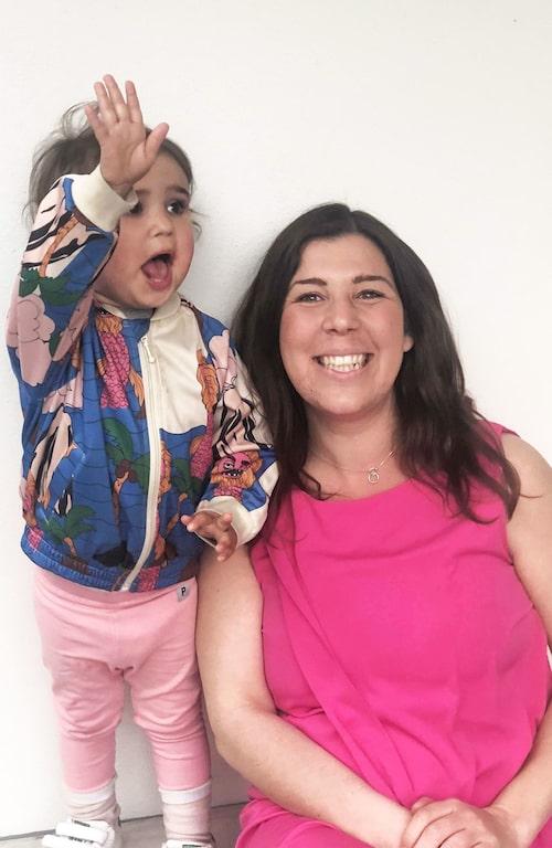 Författaren Johanna Schreiber delar med sig av sago- och pysseltips! Här tillsammans med dottern Aviva.