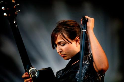 Maria Andersson Lundell på scen med Sahara Hotnights i Hultsfred 2009.