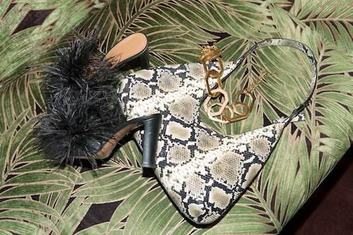 Väska från By far/ Nathalie Shuterman, skor från Atp Atelier, halsband från Oscar de la Renta/Nathalie Schuterman.