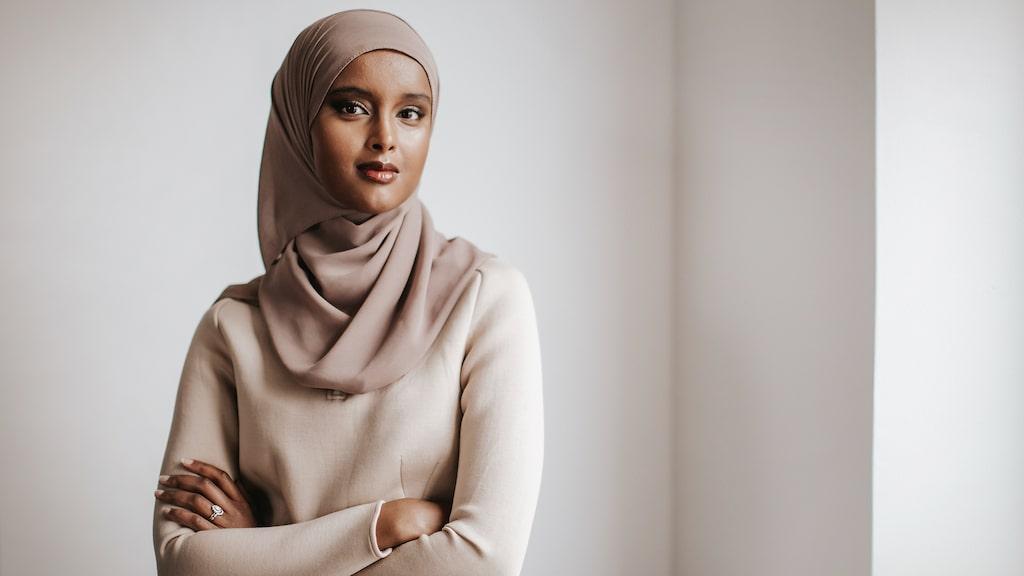 """Suad Alis debutroman """"Dina händer var fulla av liv"""" kommer ut den 14 september."""