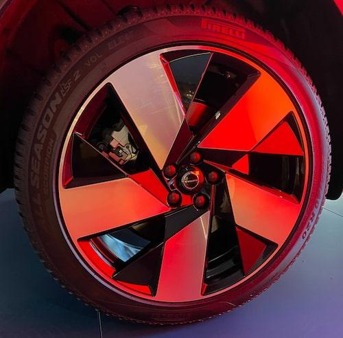 """Volvo-märkta allvädersdäck (Pirelli Scorpion All Season) sitter på C40 Recharge vid leverans. Dessa däck ska användas både sommar och vinter. """"Livsfarligt"""", säger Teknikens Världs däckexpert."""