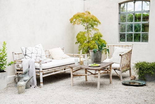 Möblerna från Tine K home är tillverkade i bambu som smälter in i de flesta miljöer. I hörnet växer en japansk lönn i kruka.