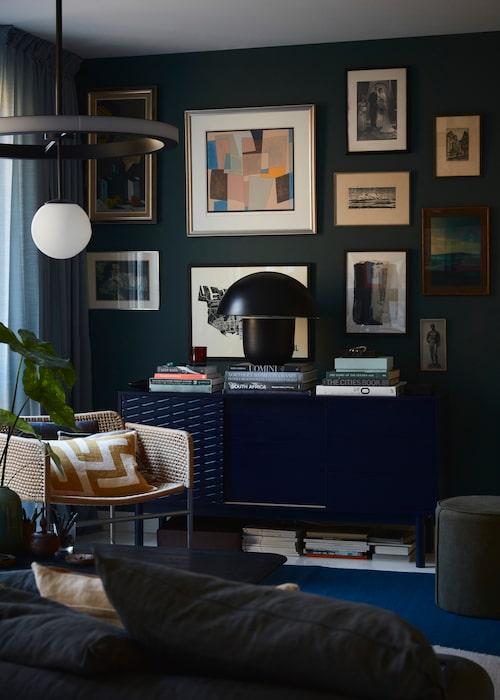 """Taklampan var ett """"überfynd"""" på en loppis på Instagram, modell Ring från Atelier Areti. Fåtöljen Industriell, ett samarbete mellan formgivaren Piet Hein Eek och Ikea 2018. Puff, Åhléns."""