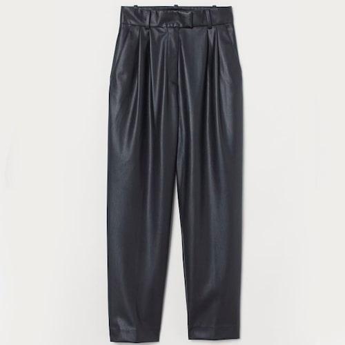 Raka svarta fuskskinnbyxor från H&M. Klicka på bilden och kom direkt till byxorna.