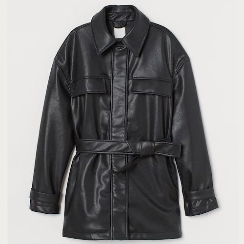Jacka i fuskskinn från H&M med skärp i midjan. Klicka på bilden och kom direkt till jackan.
