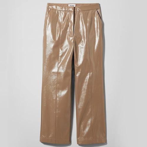 Raka beige byxor i lackat fuskläder från Weekday. Klicka på bilden och kom direkt till byxorna.