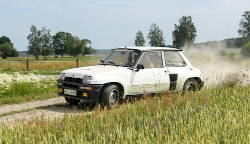 Bredhöftad Renault 5 Turbo 2 från 1980-talets mitt. Bilden är från vår provkörning som du hittar länk till nedan.