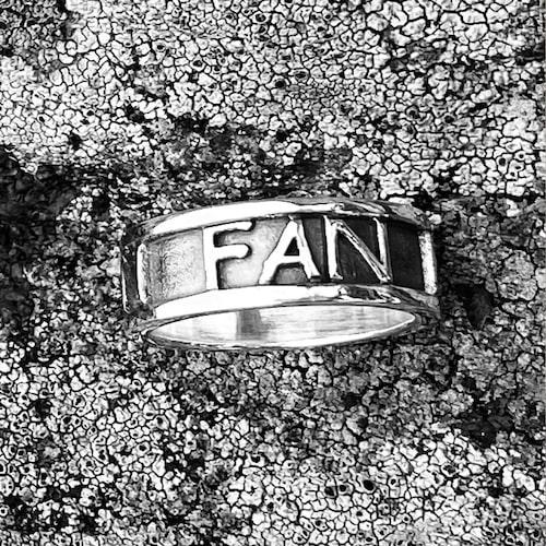 Ring av 925 sterling silver med oxiderad yta, 2 100 kr.