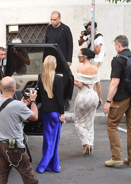 Kim Kardashian i uppseendeväckande spetsklänning i sällskap med Lila Moss i blå kjol.