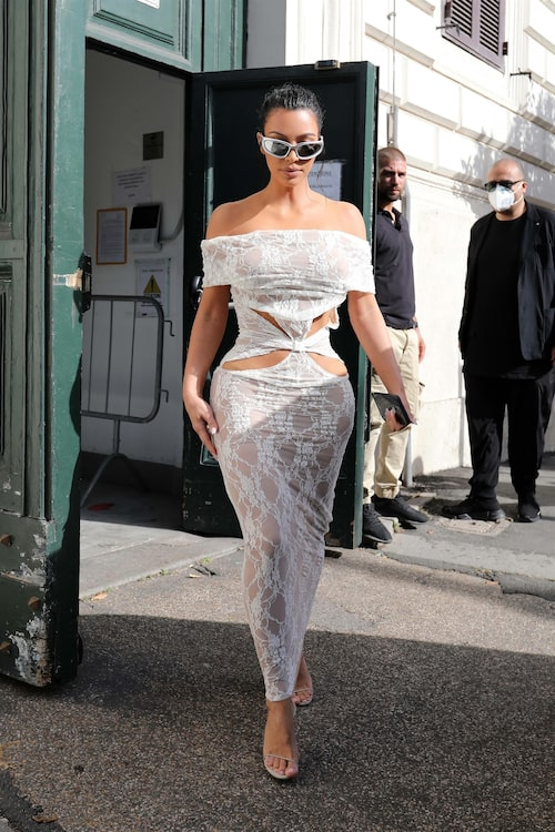 Kim Kardashians klänning anses bryta mot Vatikanens dresscode.