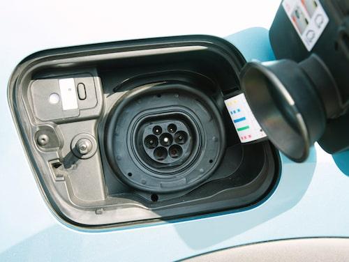 Laddhybridens batteri kan laddas med upp till 3,7 kW effekt.