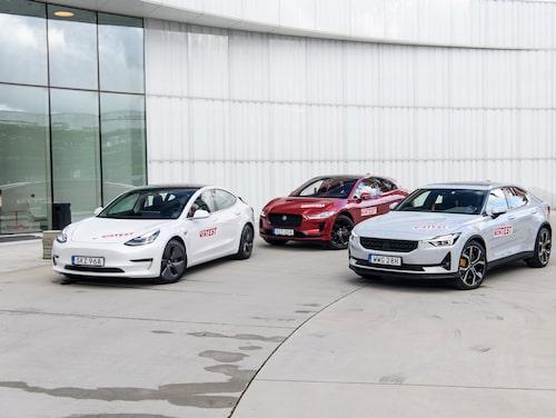 Både Tesla Model 3 (till vänster) och Polestar 2 (till höger) är i Sverige billigare än Volvos elbil XC40 Recharge P8 AWD. I USA är Volvon billigare än Polestar 2. Momssatserna är olika i olika länder, något som bidrar till vissa skillnader. I USA är dessutom priset för en bil ofta exklusive moms och avgifter eftersom dessa skiljer sig beroende på i vilket område i USA bilen köps. Momsen på ny bil i USA är dock betydligt lägre än i Sverige.