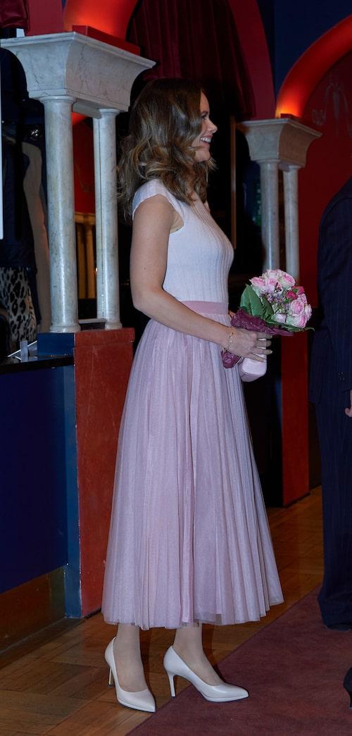 Prinsessan Sofia i vacker, ribbad topp och tyllkjol.