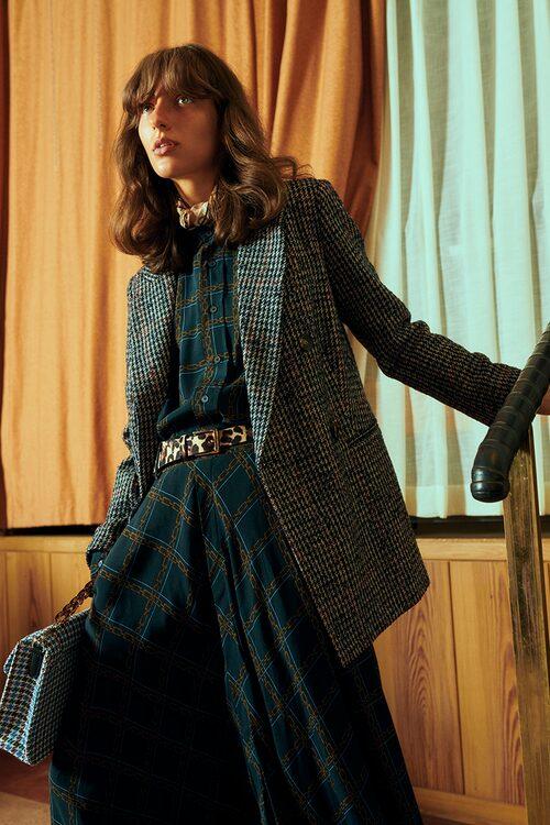 Blårutig kavaj av ull/polyester, 2449 kr, Second Female. Blus av viskos, 1800 kr, och mönstrad kjol av viskos, 2200 kr, båda Hope. Leopard - mönstrat skärp av skinn, 249 kr, Asos. Väska av polyester, 1399 kr, Becksöndergaard