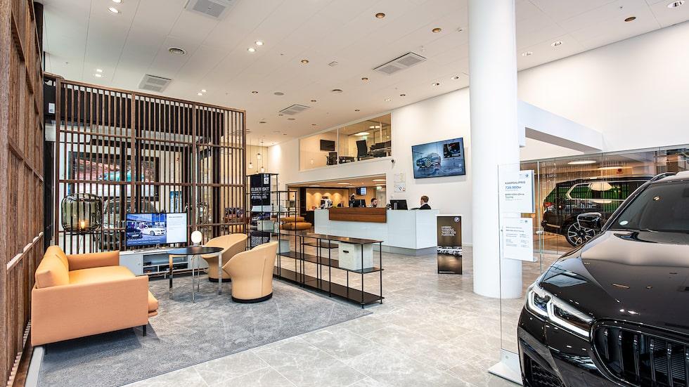 Bavarias nya anläggning i Solna, mer ett vardagsrum än en bilhall.