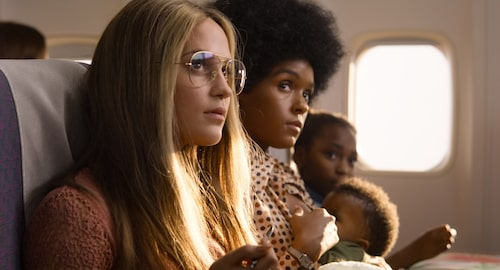 Alicia Vikander som den unga Gloria Steinem i The Glorias, med Janelle Monae som Dorothy Pitman Hughes.
