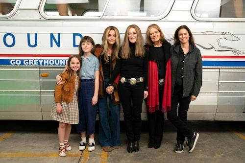"""Från vänster: Ryan Kiera Armstrong, Lulu Wilson, Alicia Vikander och Julianne Moore, som alla spelar Gloria Steinem i The Glorias. Till höger om Julianne Moore står """"den riktiga"""" Gloria Steinem och filmens regissör Julie Taymor."""
