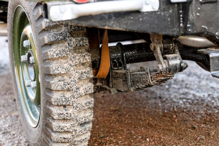De bruna öglorna innanför hjulen är till för att fjädringen inte ska fjädra för mycket när hjulen hänger i luften vid tuff terräng-körning.