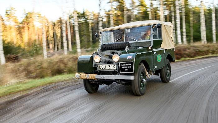 Körupplevelsen i Series I är i en klass för sig. Det går antagligen inte att komma närmare en traktor i en bil än så här. Men Land Rovern går fortare. I varje fall lite.