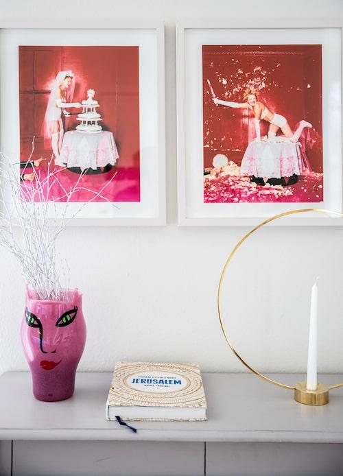 David LaChapelle har tagit fotona av Drew Barrymore. Den knallrosa vasen är gjord av Ulrica Hydman Vallien och ljusstaken från Klong är en gåva från goda vänner.