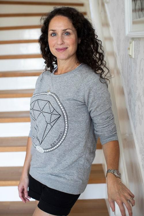 När familjen växte flyttade skådespelaren Sara Sommerfeld tillbaka till barndomens Lidingö. Diamanttröjan och halsbandet med svalan är båda från Emma Israelsson.