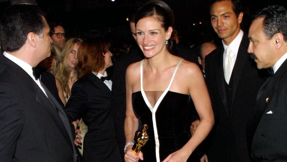 Julia Roberts i vintageklänning från Valentino, och med dåvarande pojkvännen Benjamin Bratt i sällskap, på Oscarsgalan 2001.