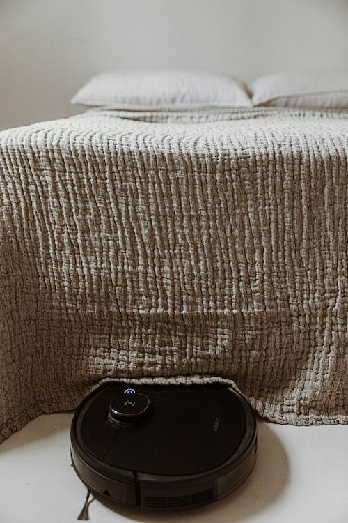 DEEBOT OZMO 950 är en tyst robotdammsugare som hjälper till att städa ditt hem utan problem.