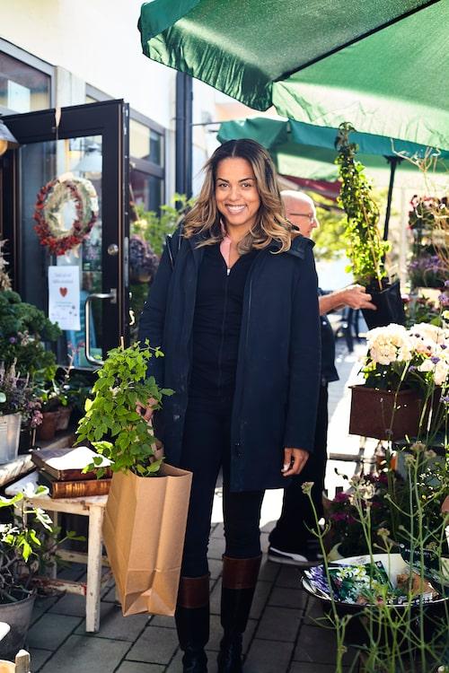 Vägg i vägg med favoritfiket Fru Marias bak ligger blomsterbutiken Carolas lilla butik, där Elaine gärna köper blommor och småpratar med personalen.