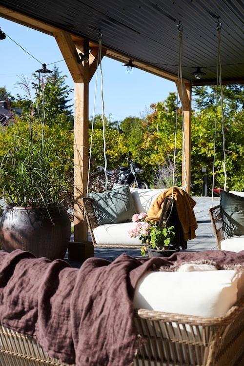 Sofa store har gjort hängmöblerna utomhus, och växtligheten har skapats i samråd med trädgårdsproffset Victoria Skoglund, från Zetas.
