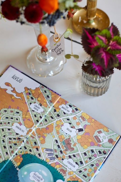 Karta över Älvsjö pryder Elaines nya barnbok.