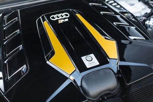 Lite mer blänk på Manharts motorkåpa än på Audis originalkåpa. Men så är täcker ju kåpan också lite vassare doningar.... med 918 hästkrafter.