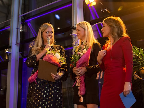 Ebba von Sydow och Emilia de Poret tar emot priset som Årets Stilmamas 2016 av kvällens konferencier Tilde de Paula.