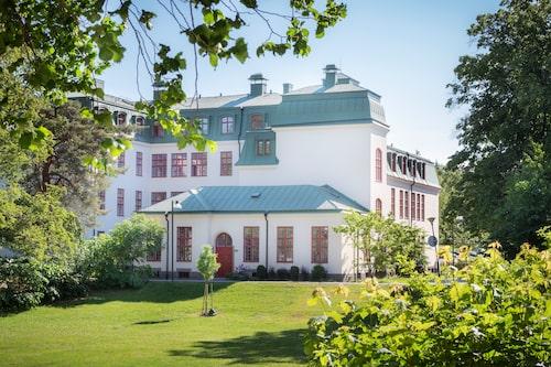 """Långbro sjukhus ritades av arkitekten Gustaf Wickman och stod klart 1910. Nu är kvinnoavdelningen, """"Stora kvinns"""", ombyggd till lägenheter. Den vackra parken är som en trädgård för alla som bor i huset."""