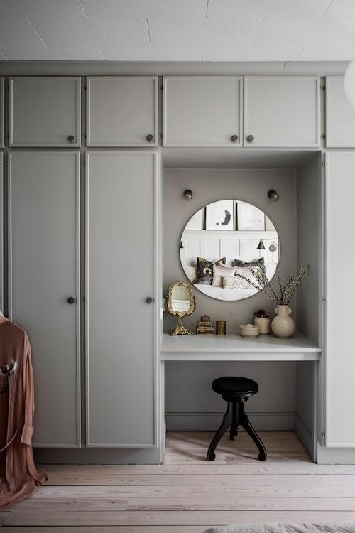 I garderobsväggen i sovrummet ritade Karin och Håkan in ett sminkbord med måttbeställd, rund spegel. Den fina pianopallen fyndades på loppis.