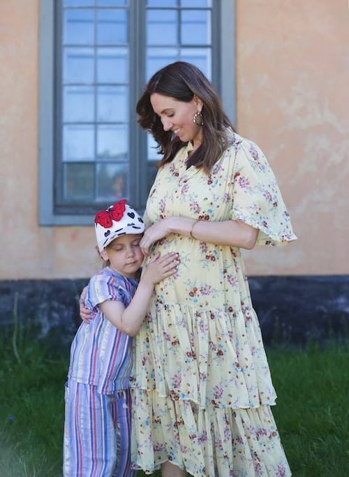 Blivande storasyster Ingrid, 6, har redan börjat dela hemlisar med syskonet i magen.