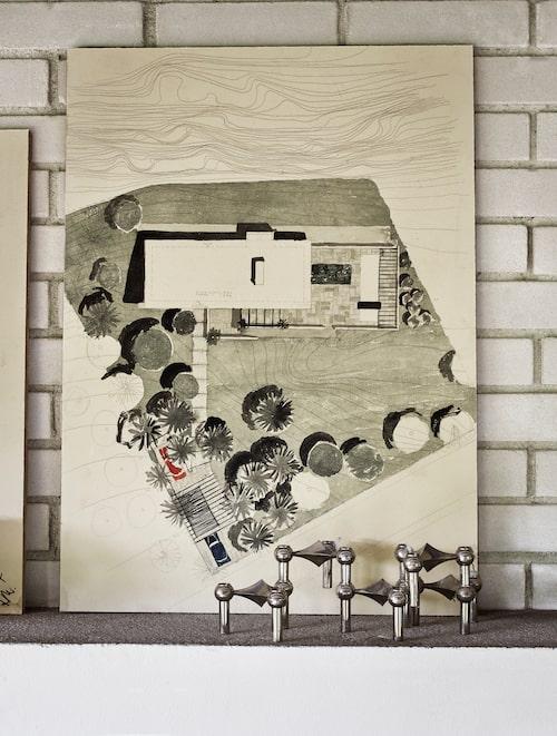 På spiselkransen står arkitekten Henry Haubro-Nielsens originalskisser för huset från 1964. Nagelljusstake från Stoff, denna köpt på Lauritz.