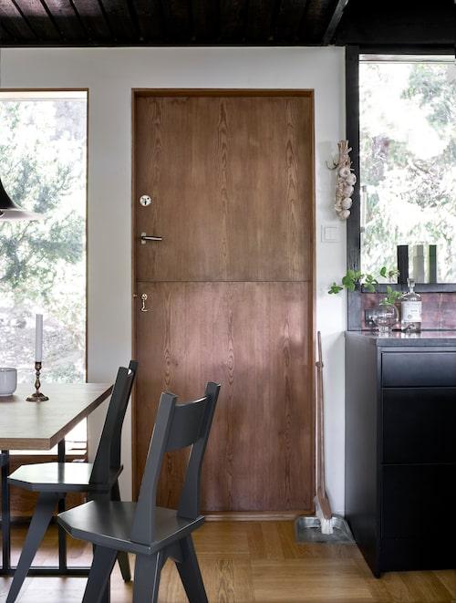 """Tvådelad dörr i köket så att man kan se hur det går med köksträdgården utanför, """"lite halvaccess ut sådär"""", konstaterar Marcus."""