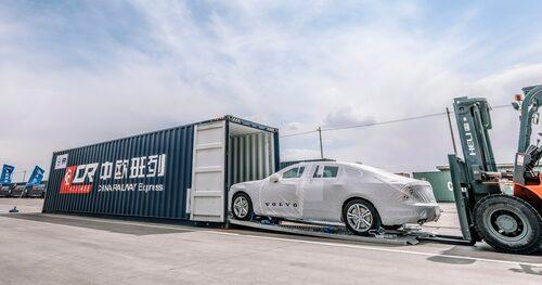 Volvo S90 tillverkad i Kina och på väg att lastas för export.