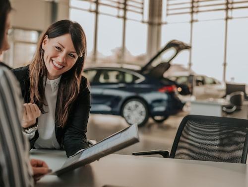 Som bilförsäljare har du ofta en del av lönen som är provisionsbaserad. Säljer du mycket kan du därmed få en väldigt bra lön.